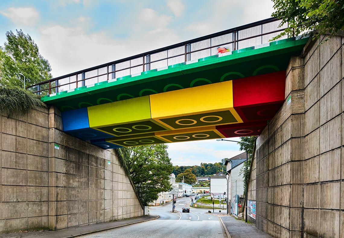 Brücke mit dem aussehen von Legosteinen.