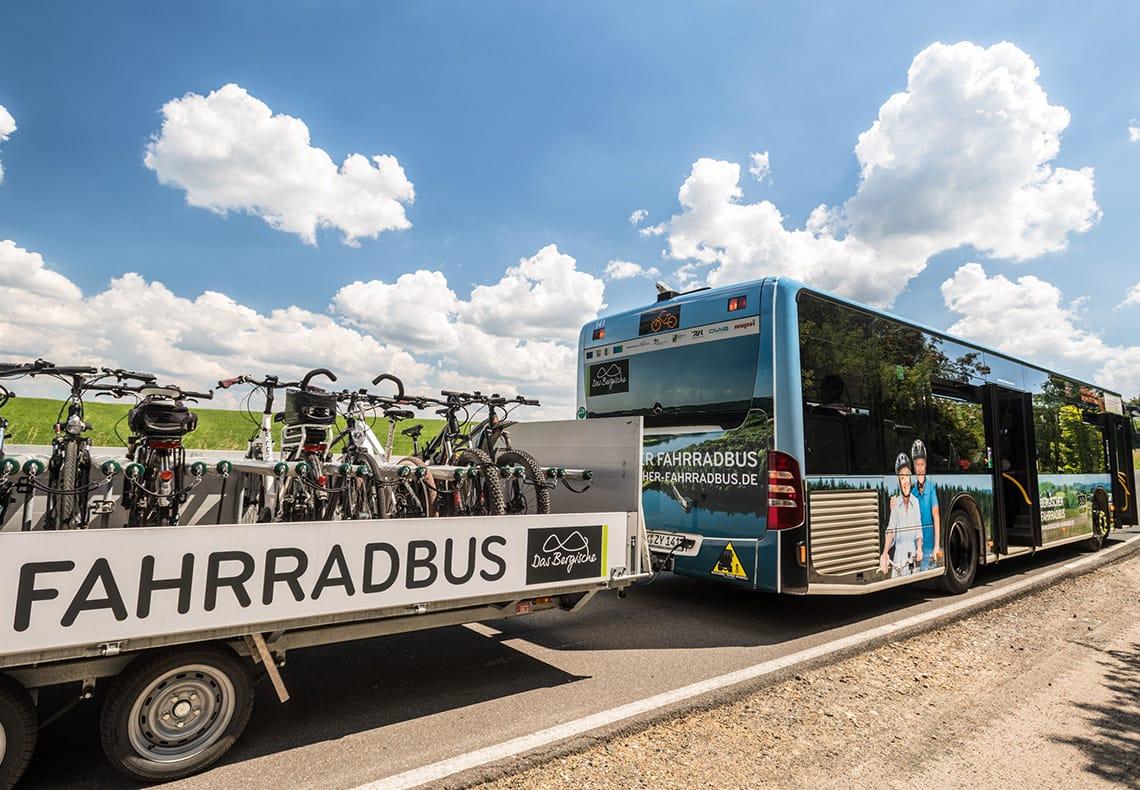 Der Bergische Fahrradbus mit einem Anhänger voller Fahrrädern.